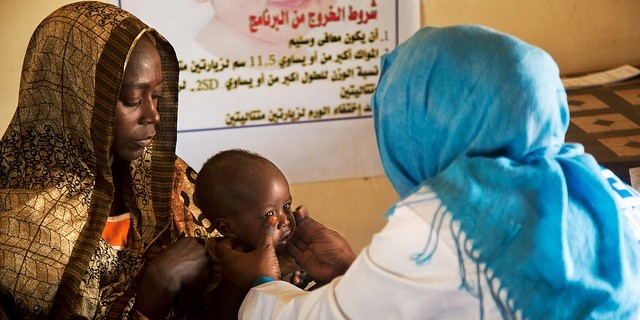 A doctor examines a child in Zamzam camp for the displaced, North Darfur (Albert González Farran/Unamid)