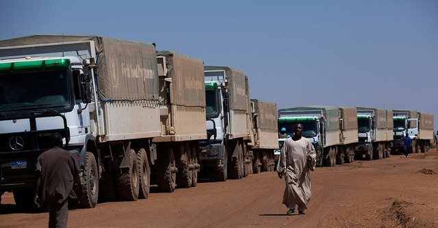 File photo: A UN WFP convoy delivers food to the displaced of Darfur (UN Photo / Albert González Farran)