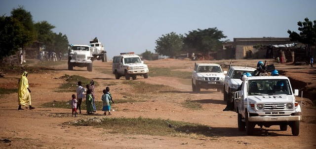 A Unamid convoy in West Darfur (Albert González Farran/Unamid)