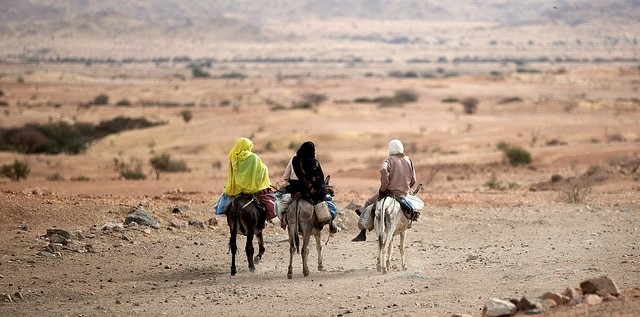 Women on donkeys near El Fasher (Albert González Farran/Unamid)