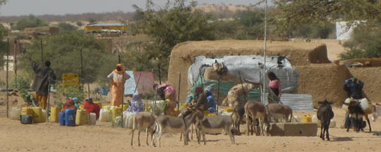 Women from the Abu Nabag refugee camp in eastern Chad fetching water from a pump (RD)