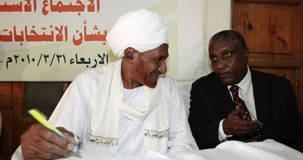 El Sadig El Mahdi, head of the National Umma Party (L), and Yasir Arman, Secretary-General of the Sudan People's Liberation Movement-North, during a seminar on elections, March 2010 (archive)