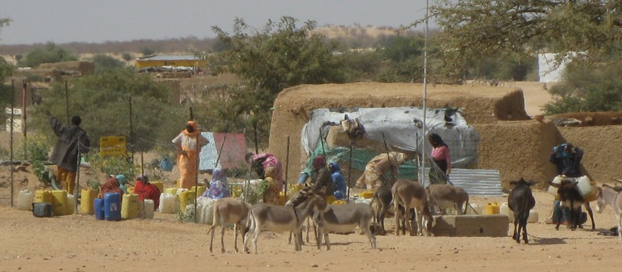 Women are waiting to collect water from the well at the Abu Nabag refugee camp in eastern Chad (archive photo)