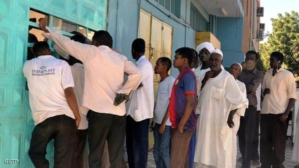 Queue in front of a Sudanese bakery (file photo)