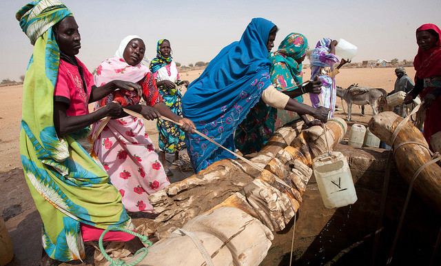 Women collect water from a well in North Darfur (File photo: Albert González Farran / Unamid)