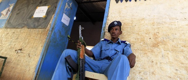 Policeman guarding a police station in Omdurman (Unamid)