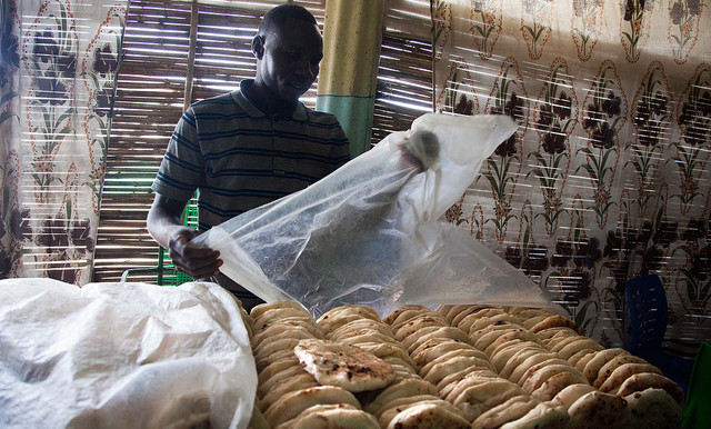 A bakery in Foro Baranga, West Darfur, selling loaves of the traditional size (Albert González Farran/Unamid)