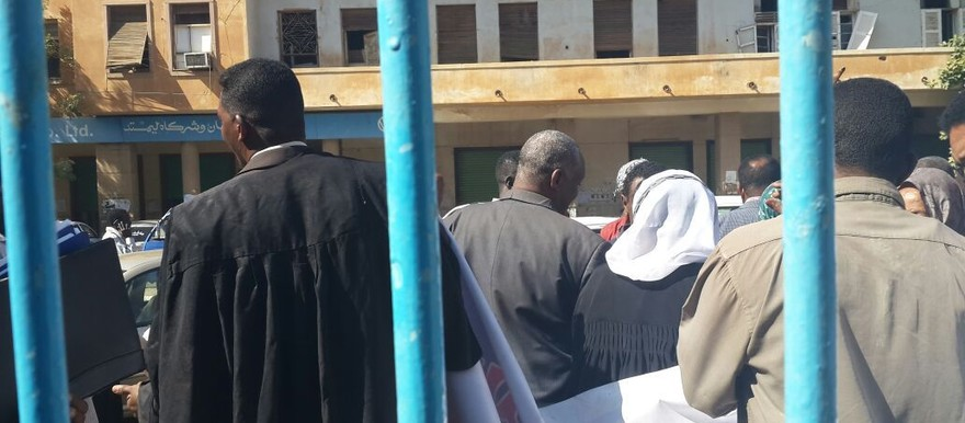 Members of the Sudanese Democratic Lawyers, gather in front of the Khartoum District Court, 22 December 2014 (file photo)