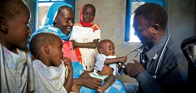 A doctor conducts medical checks at Kalma camp for the displaced in Nyala locality, South Darfur (Albert González Farran/Unamid)
