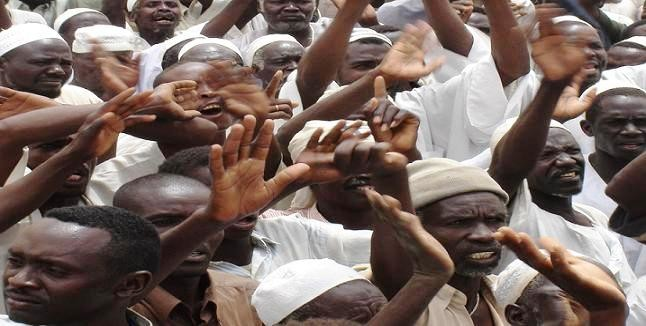 Displaced people rallying in the Darfur camp Murnei, south of El Geneina (file photo)