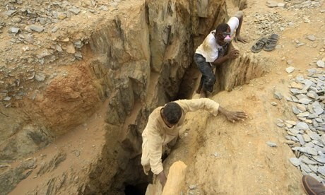 Workers climb out of a gold mine in El Ebeidiya, River Nile state, in northern Sudan (wikileaks-forum.com)