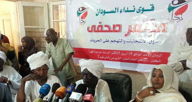 Dr Maryam El Mahdi (R) and Siddig Yousef (C) at a press conference of the Sudan Appeal forces in Omdurman, 19 April 2015 (file photo)