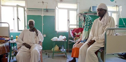 A patient and his relatives at El Fasher Teaching Hospital (Albert González Farran/Unamid)