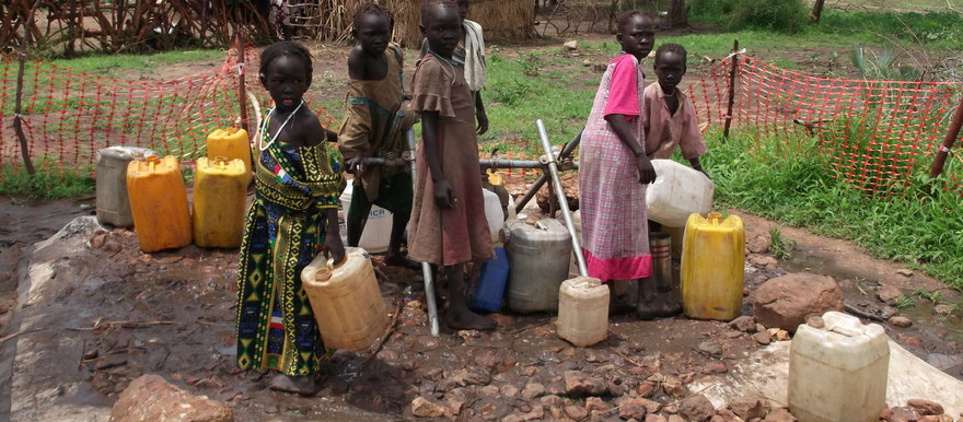 Displaced girls collect water from an undeep pool in Blue Nile state (Radio Tamazuj)