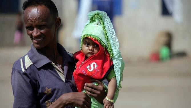 An Eritrean refugee holds his child at Shagarab refugee camp in Kassala, eastern Sudan (File photo: news.yahoo.com)