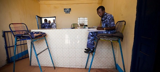 A Sudanese policeman at the reception of a detention centre in El Geneina, capital of West Darfur (Albert González Farran Unamid)