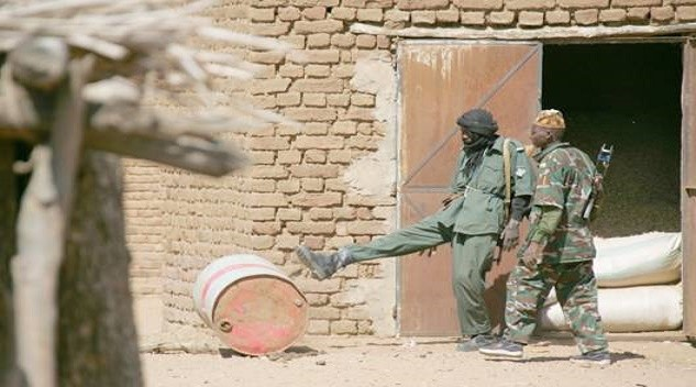 Government soldiers and militia members looting in Marla, 2004 (HRW)