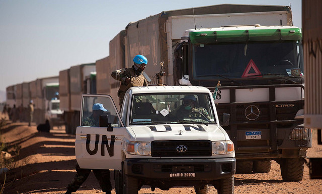 Unamid troops from Ethiopia escort WFP trucks from El Fasher to Shangil Tobaya (Albert González Farran/Unamid)