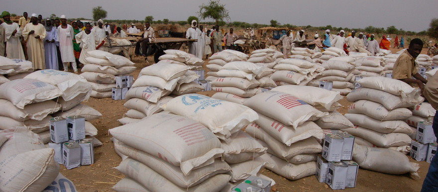 Food aid in Um Shalay, Darfur (postconflict.unep.ch)