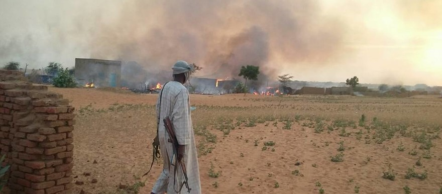 News photo: Shelters burn after the tribal clash between the Berti and Beni Omran in Dar Naim in Mellit, 22 October 2015 (source: social media)