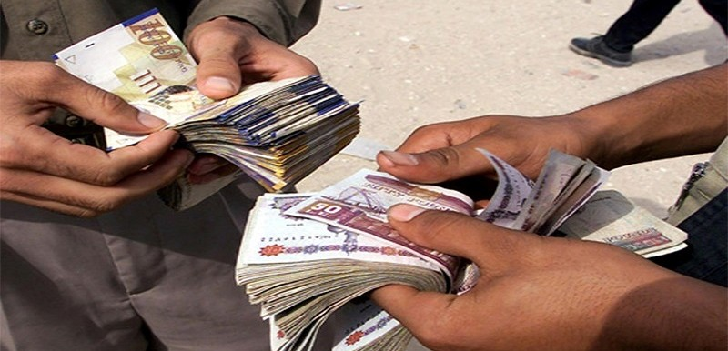 Unofficial currency traders on the streets of Khartoum (File photo)