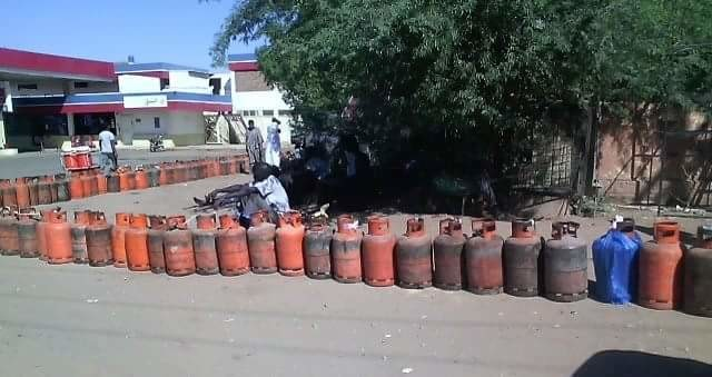 A queue of gas cylinders of people trying to obtain cooking gas in Sudan (RD)