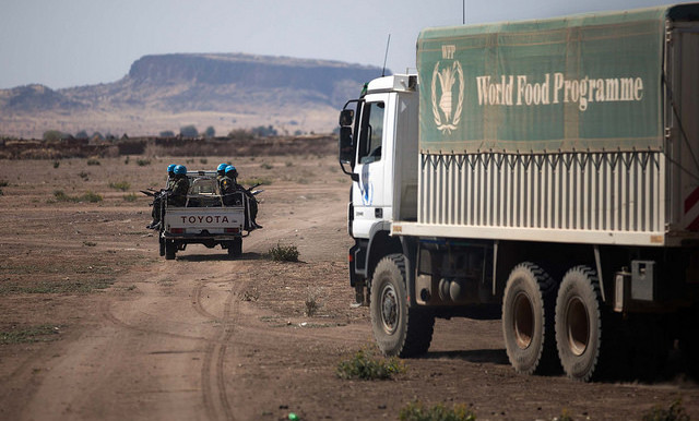 File photo: Unamid escorts WFP lorries in North Darfur (Albert González FarranUnamid)