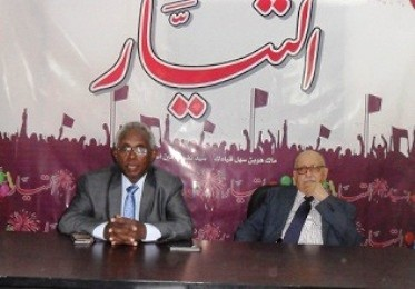 Osman Mirghani, editor-in-chief of El Tayar (L) and legal adviser Nabil Adib at a press conference in Khartoum, 16 December 2015 (Sudan Tribune)