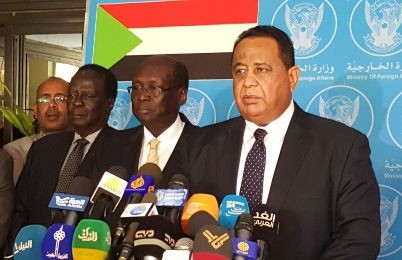 Sudanese Foreign Minister Ibrahim Ghandour (R) and his South Sudanese counterpart Barnaba Marial Benjamin (C) at a press conference in Khartoum on 3 January 2016 (Sudan Tribune)