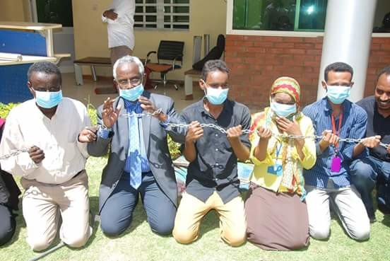 El Tayar journalists protest, hunger strike in Khartoum against indefinite suspension of the newspaper on 1 March 2016 (RD)