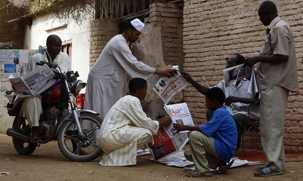 Sudanese gather around a newspaper street vendor outside Khartoum. (File photo: Ashraf Shazly/AFP/Getty Images)