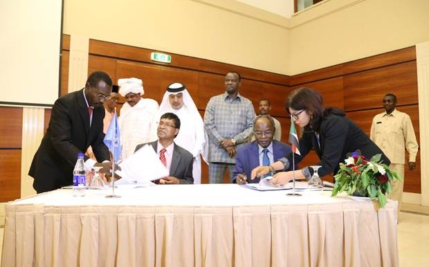 The UNDP Country Director (L) and the Sudanese Minister of Finance sign an agreement to support the Darfur Internal Dialogue and Consultations project, 16 March 2016 (DIDC)