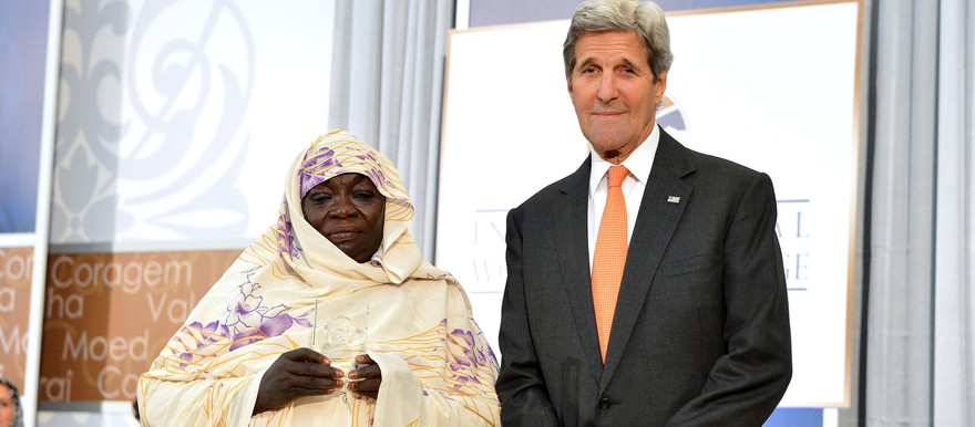 Awadeya Mahmoud receives her award from the then US Secretary of State, John Kerry (April 2016)