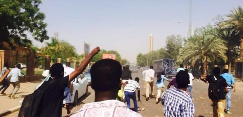 Protesting Khartoum University students out on the street throw rocks at the police forces who arrived to disperse the crowd with teargas on Monday 11 April 2016 (RD)