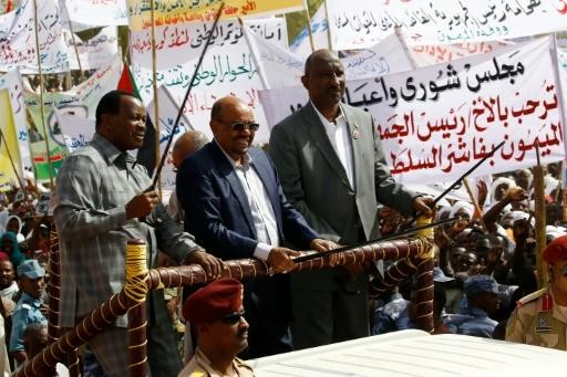 Sudan's President Al Bashir flanked by Chairman of the Darfur Regional Authority (DRA) Dr Tijani Sese, and North Darfur's Governor Abdel Wahid Yousif, in El Fasher during his pre-referendum tour of the region.