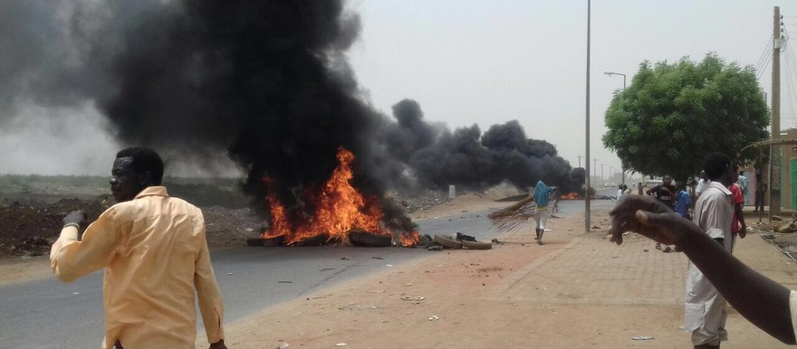 Barricades burn during protests against sale of land in El Jiraif in May 2016 (RD)