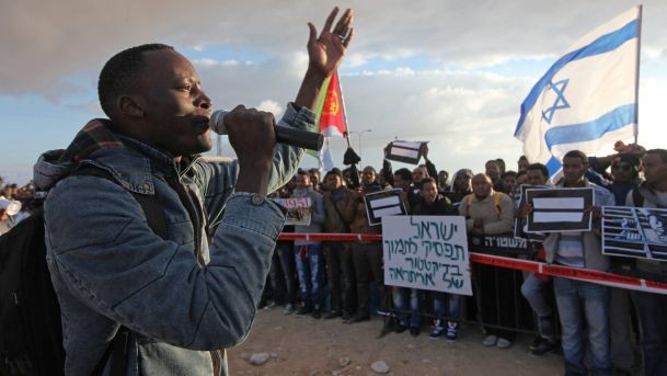 Mutasim Ali speaks at a protest of support for asylum seekers at the Holot detention facility February 2014 (Eliyahu Hershkovitz/Haaretz)