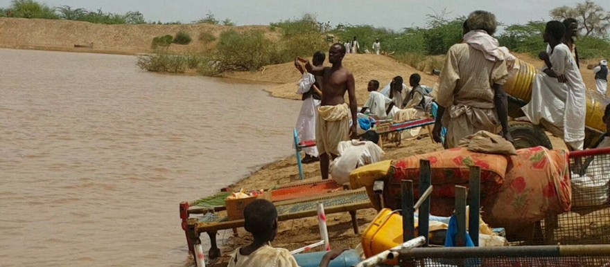 Residents move their belongings to higher ground as El Gash river in Kassala State, eastern Sudan swells in the floods (RD 16 July 2016)