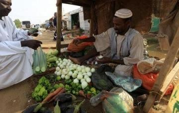 A vendor sells vegetables at a local market in Khartoum North, 3 August, 2012 (Mohamed Nureldin Abdallah/Reuters)