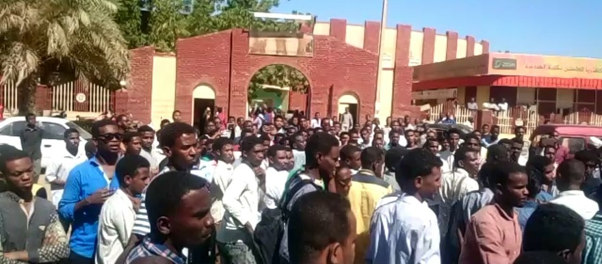 Students in Atbara in northern Sudan protest against the against the increase in fuel prices (RD)
