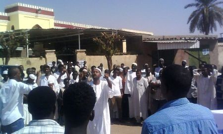 Khalid Omar, deputy head of the Sudanese Congress Party speaks in a spontaneous meeting in Khartoum on 4 November 2016. He was held by security agents at his home in the afternoon (Sudan Tribune)
