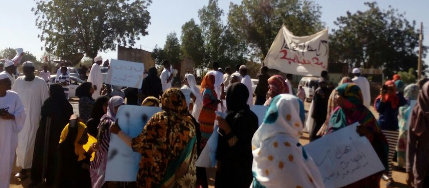 People demonstrate on the Wad Madani-Sennar road, calling for the release of SCP leader Omar Abdelmunim Ibrahim, 15 January 2017 (RD)
