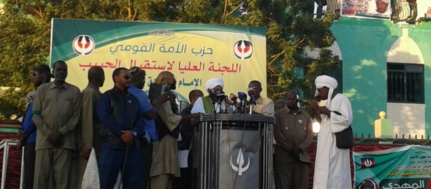 Imam El Sadig El Mahdi addresses a large crowd to welcome his return to Sudan on 26 January 2017 (RD)