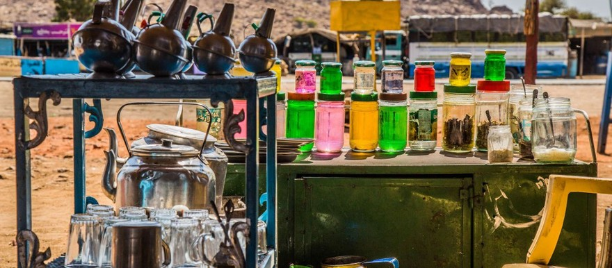 Equipment of a tea seller at a bus stop in Sudan (grindimwind.ch)
