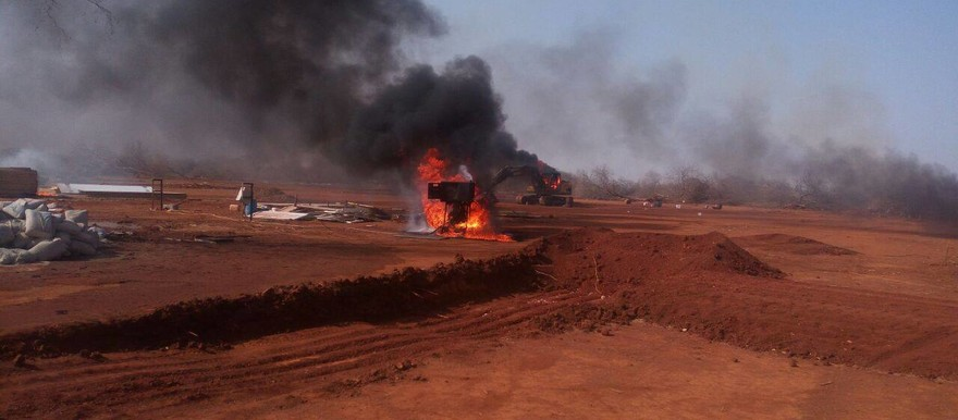 Angry mob burns mining factory tools in Talodi, South Kordofan, on 25 February 2017 (RD)