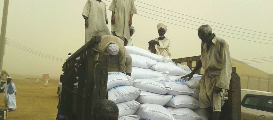 Port workers loading the arrived aid shipments of the WFP in Port Sudan on 19 March 2017 (RD)