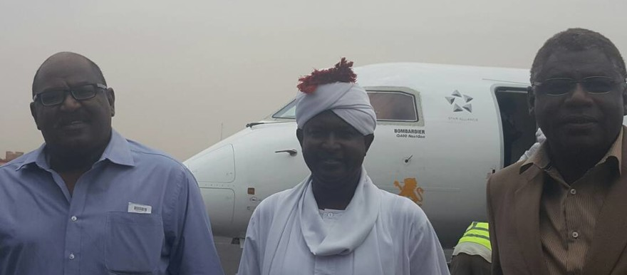 Columnist El Tahir Sati (L), El Sadig El Rizeigi, head of the General Journalists' Union and editor-in-chief of El Intibaha newspaper (C), and journalist Adil El Baz at the airport of Khartoum, 23 April 2017 (photographer unknown)