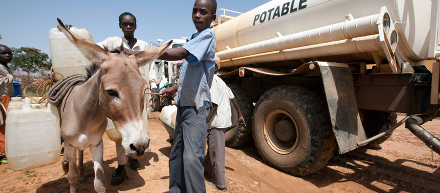 Boys from Kassab camp in Kutum in North Darfur collect water distributed by Unamid (Albert González Farran/Unamid)