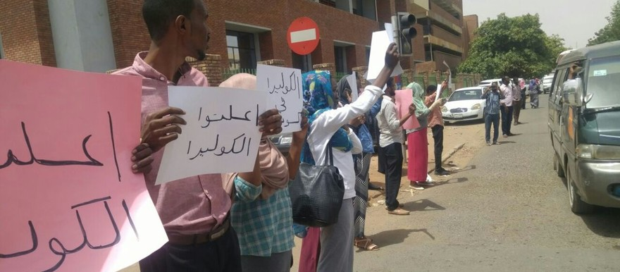 Sudanese demand the federal Ministry of Health to declare cholera in White Nile state, Khartoum, 25 May 2017 (RD)