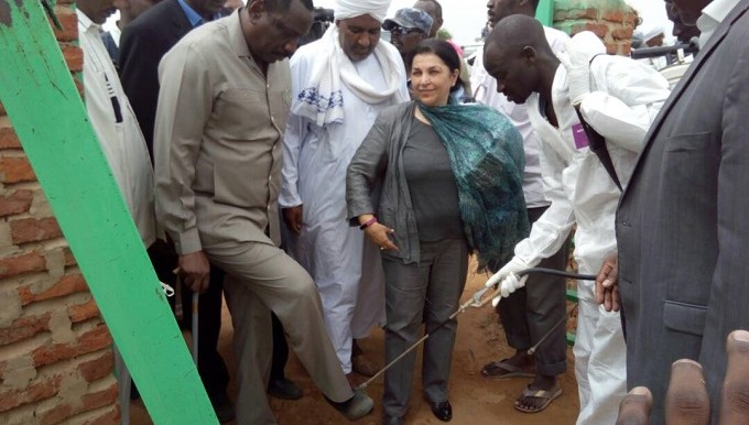 Sudan's Health Minister, Bahar Abugarda, has his shoes desinfected after his visit to Kario camp for South Sudanese refugees in East Darfur, 4 July 2017 (Suna)
